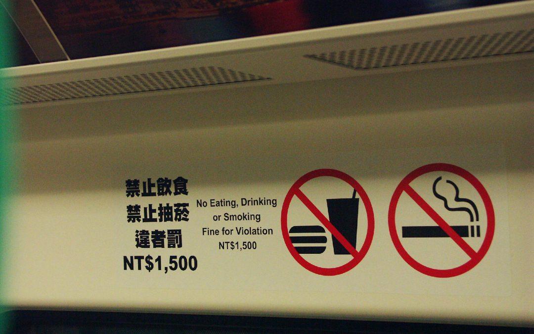 緊急對講機、滅火器、通道請勿逗留、緊急出口、禁止飲食抽菸、小心月台間隙