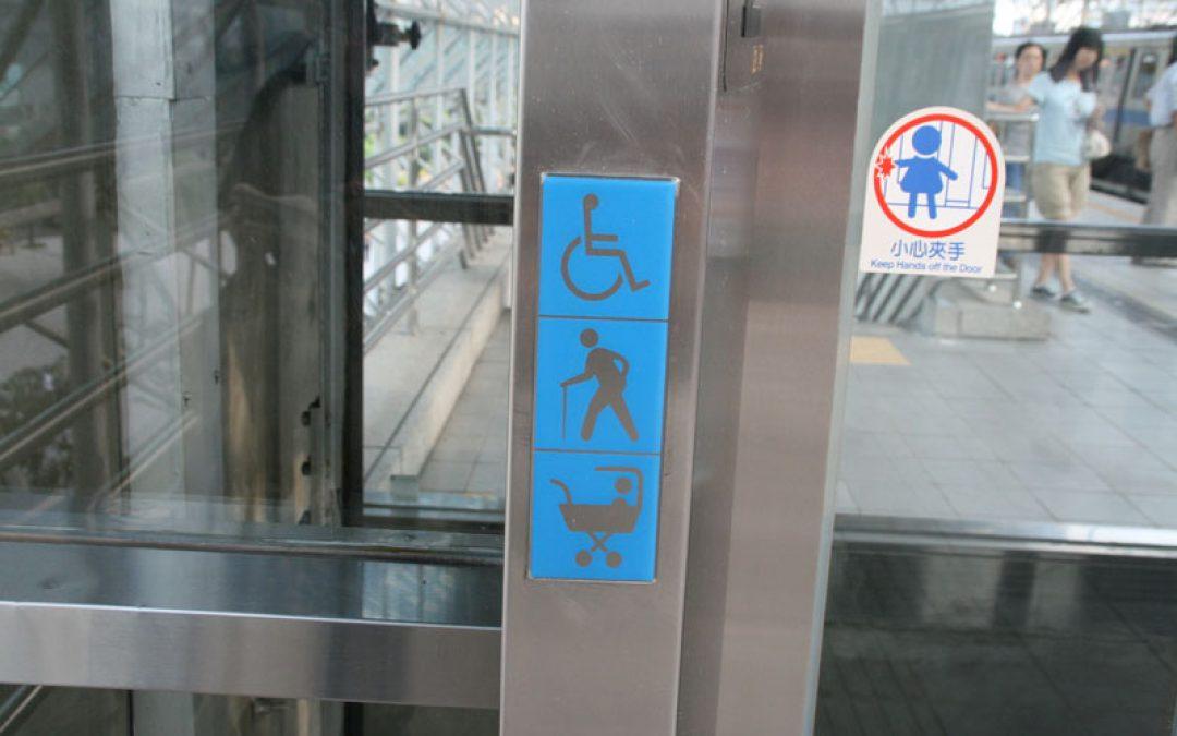 捷運電梯小心夾手、老人孕婦身體帳礙者優先