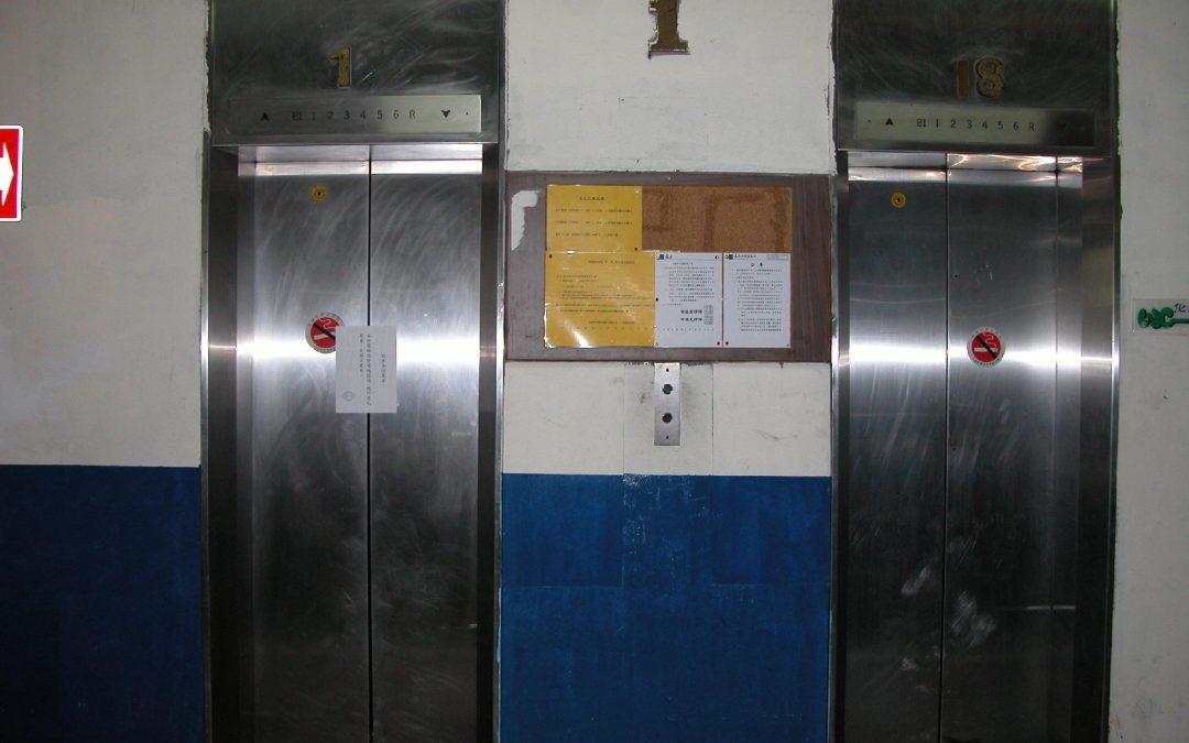 敬告各位乘客:本台電梯因發電機損壞、機件老化嚴重,故停止使用